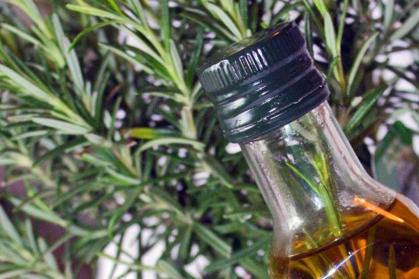Rozmarýnový olej na dochucování pokrmů