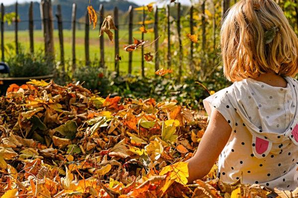 Listí a dítě na zahradě