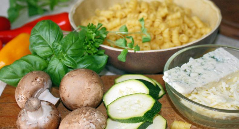 Suroviny k receptu těstoviny s cuketou
