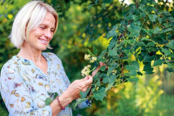 Simona Berková v bylinkové zahradě