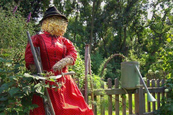 Slaměná dáma, figura pro ozdobu zahrady
